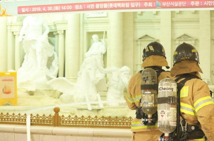 부산진소방대원들이 서면 중앙몰에서 화재상황을 가상하여 불을 진압하고 있다